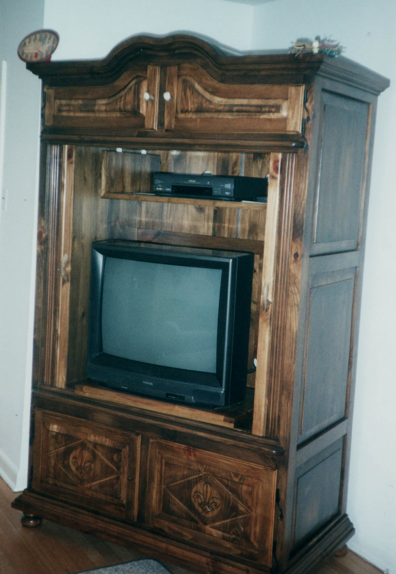 ... Armoire TV Cabinet Open (205777 Bytes)